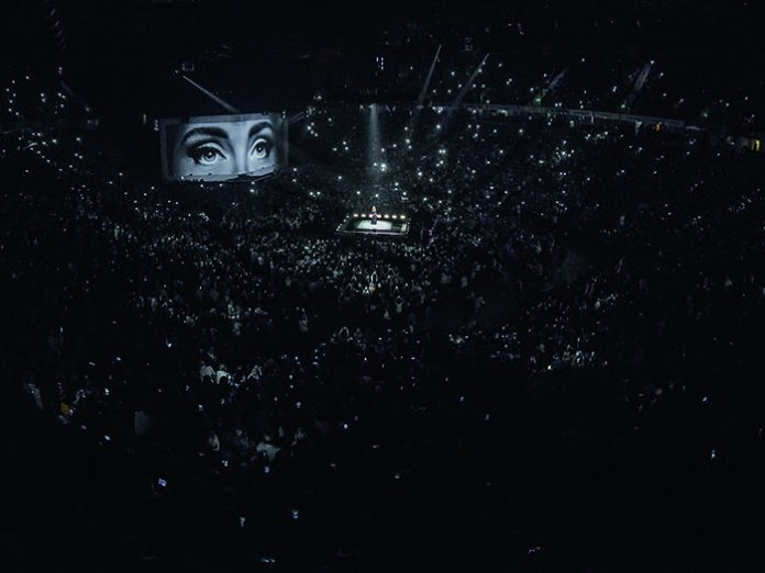 0054_HR-Final-Selection_ADELE-LIVE-2016_Manchester_160310_Photo-Ralph@Larmann_com_IMG_0035-696x522